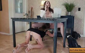 Empresária no telefone e funcionária chupando ela por baixo da mesa